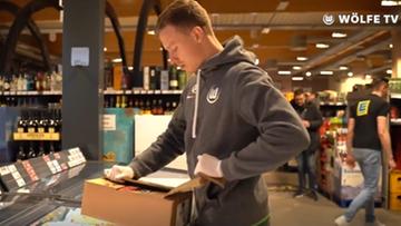Nie mogą grać, więc pomagają. Piłkarze Wolfsburga pracują w supermarketach