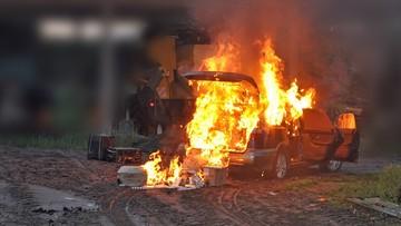 Na widok strażników granicznych podpalili auto z kontrabandą [ZDJĘCIA]