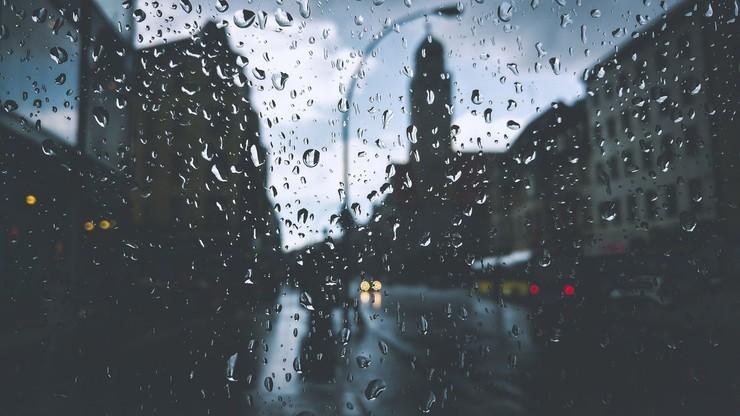 Ulewny deszcz nie ustąpi, a rzeki wzbierają. Pogoda na wtorek, 13 października