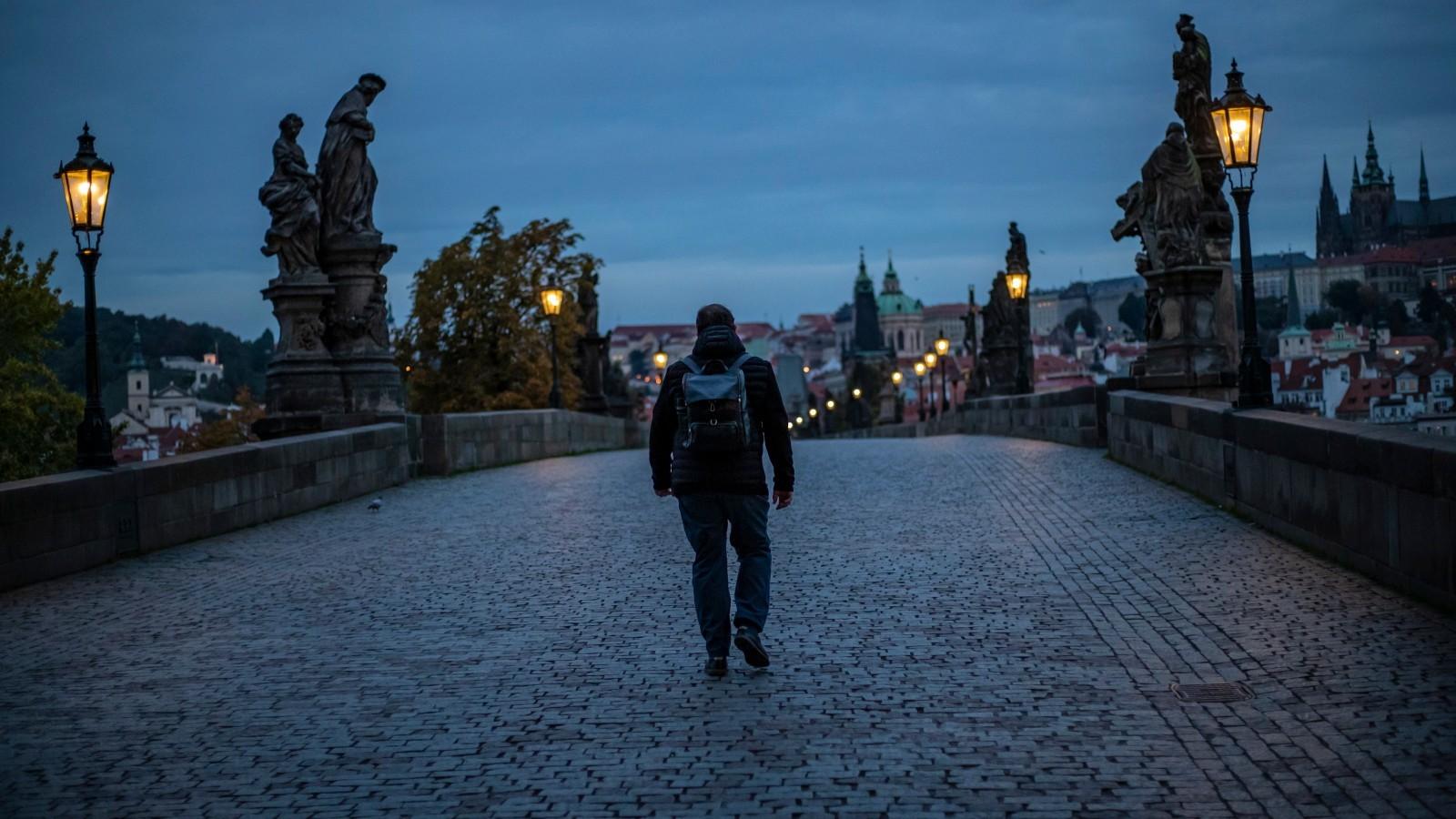 12.10.2020 | Zakażonych szybko przybywa w całej Europie. Zła sytuacja w Czechach i na Słowacji