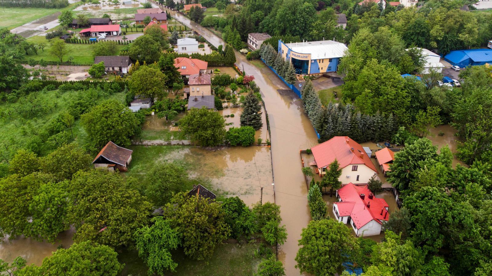 Powodzie i podtopienia na południu Polski. Woda jeszcze wzbierze, bo wciąż pada