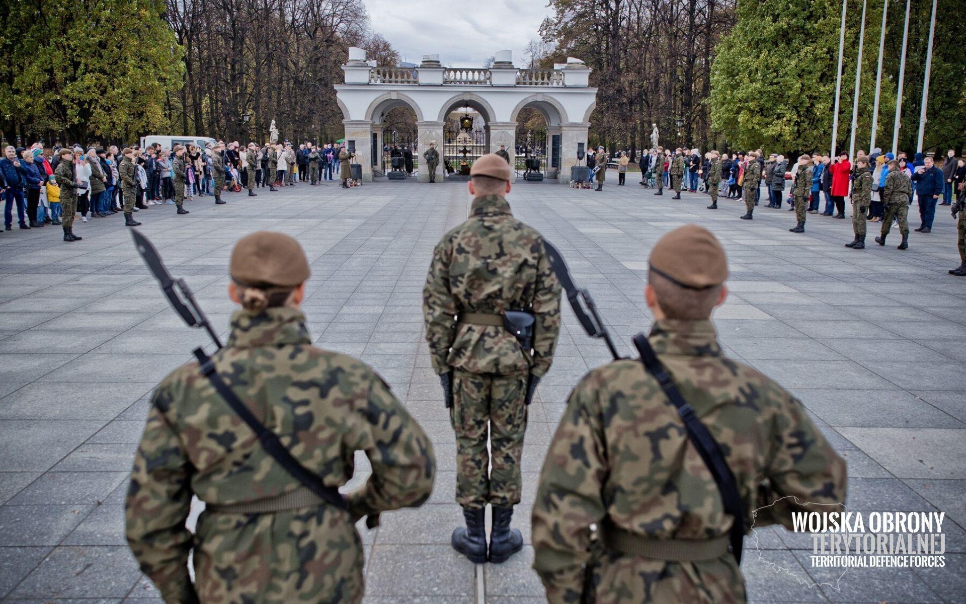 Uroczysta zmiana posterunku przy Grobie Nieznanego Żołnierza z udziałem żołnierzy WOT, 03.11.2019